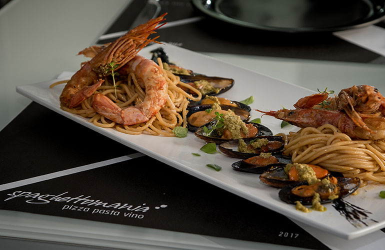 Spaghetti with shrimps and mussels with cherry tomato sauce